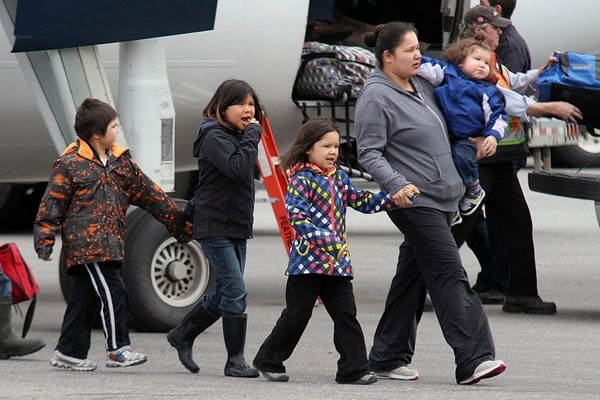 Evacuees from Kashechewan First Nation arrive last May in Thunder Bay.