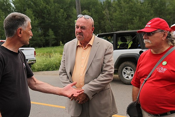 Unifor Local 1075 president Dominic Pasqualino (left) meets with Mayor Keith Hobbs and Coun. Paul Pugh on Monday at the picket line in front of the Montreal Street plant.